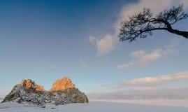 Vue de la roche de Shamanka et du lac Baïkal congelé pendant le lever de soleil Photos stock