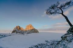 Vue de la roche de Shamanka et du lac Baïkal congelé pendant le lever de soleil Photos libres de droits
