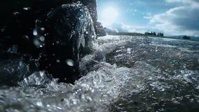 Vue de la roue sous l'eau Voyage automatique : SUV se déplace à travers un écoulement profond de rivière Tours de voiture sur une banque de vidéos