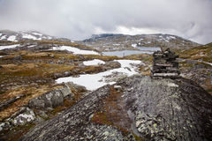 Vue de la route de touristes nationale 55 Sognefjellsvegen dans le wea brumeux Photos libres de droits