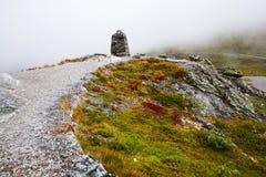 Vue de la route de touristes nationale 55 Sognefjellsvegen dans le wea brumeux Images stock