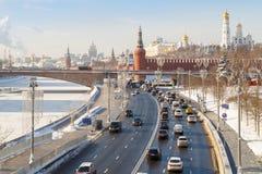 Vue de la route, du pont sur la rivière de Moskva et des tours de Moscou Kremlin photo libre de droits