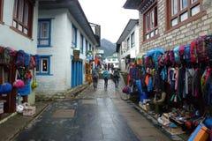 Vue de la route principale de Lukla avec des loges, voyage de camp de base d'Everest, Népal photo stock