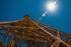 Vue de la structure de fer du haut de Tour Eiffel avec le soleil à Paris Image stock
