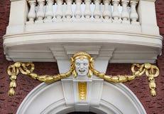 Vue de la tête sculptée et du balcon au-dessus de lui Photos libres de droits