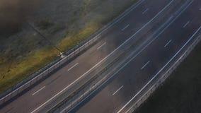 Vue de la taille de la route vide La route est enveloppée en brouillard banque de vidéos