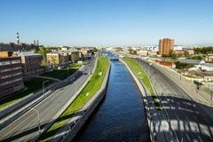 Vue de la taille sur le canal d'Obvodny et la ville dans Sai Photographie stock