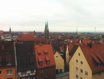 Vue de la taille de la ville européenne Vue de l'Allemagne des toits rouges des bâtiments de la vieille Europe photo libre de droits