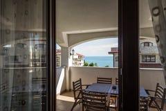 Vue de la terrasse station de vacances de maison d'appartement de la vraie sur la mer et les territoires adjacents Photos stock