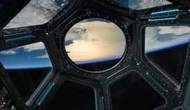 Vue de la terre de planète d'une fenêtre 3D de station spatiale rendant l'EL Photo libre de droits