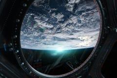 Vue de la terre de planète d'une fenêtre 3D de station spatiale rendant l'EL illustration stock