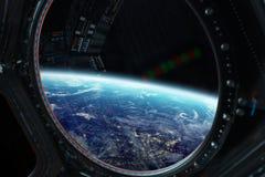Vue de la terre de planète d'une fenêtre 3D de station spatiale rendant l'EL Photos stock