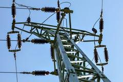 Vue de la terre pour actionner le dessus de pylône Câbles et isolants en céramique évidents contre le ciel bleu Fond abstrait d'i photographie stock