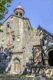 Vue de la tour de cloche à trois niveaux avec et d'une croix énorme de tuf rouge sur la façade Photo libre de droits