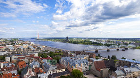 Vue de la tour d'église de St Peter à Riga Photos stock