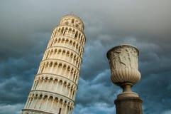 Vue de la tour de Pise de dessous et de ciel dramatique de nuage Photographie stock libre de droits