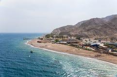 Vue de la tour de l'observatoire sous-marin Marine Park dans Eilat Abandonnez les montagnes avec les secteurs et la frontière de  Images stock