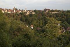 Vue de la vallée de Tauber et de l'horizon de la ville murée dans la lumière de fin de l'après-midi photo stock