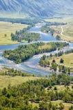 Vue de la vallée de la rivière Chulyshman d'Altai de la pente de m Photos libres de droits