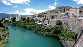 Vue de la vieille ville à Mostar du vieux pont banque de vidéos