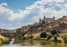 Vue de la vieille ville et du pont d'Alcantara menant à la porte du Sun à partir du côté de la rivière Tajo Toledo, Espagne image stock