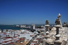 Vue de la ville antique de mer de Cadix de la cathédrale de la croix sainte Photographie stock