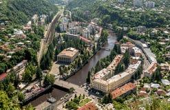 Vue de la ville Chiatura d'exploitation célèbre pour ses mines de manganèse étant située sur la rivière de Kvirila, architecture  Photo stock