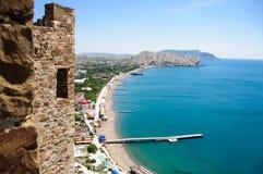 Vue de la ville d'une fenêtre de haute forteresse au-dessus de la mer Images libres de droits