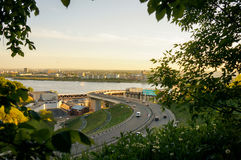 Vue de la ville et de la rivière encadrées par des branches Photos stock