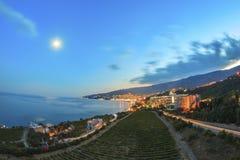 Vue de la ville et du vignoble la nuit avec des lumières Photo stock