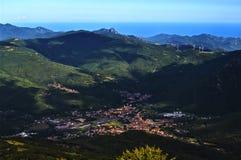 Vue de la ville de Garessio Piémont et mer ligurienne Photographie stock