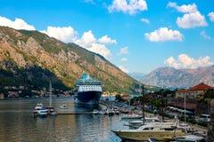 Vue de la ville historique de Kotor sur le rivage dont il y a un revêtement photographie stock