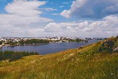 Vue de la ville de Nizhny Tagil du haut de la montagne Photos stock