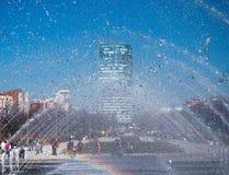 Vue de la ville par le jet de fontaine photo libre de droits