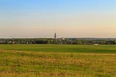 Vue de la ville russe provinciale avec des collines au printemps Photos stock
