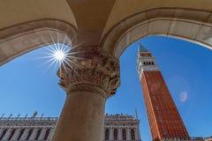 Vue de la vo?te du Palais des Doges Palazzo Ducale ? la tour de Bell de St Mark c?l?bre Campanile di San Marco Venise, images libres de droits