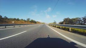 Vue de la voiture : conduisant le long de la route dans Vladivostok, la Russie Matin banque de vidéos