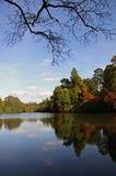 Vue de lac autumn des arbres et des réflexions Photos stock
