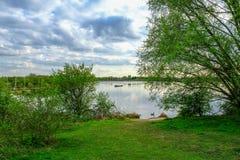 Vue de lac avec des bateaux à voile au printemps Images stock
