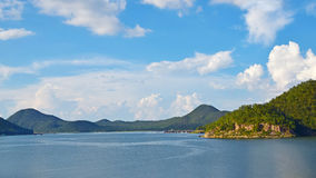 Vue de lac avec le ciel bleu Images libres de droits