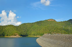 Vue de lac avec le ciel bleu Photographie stock