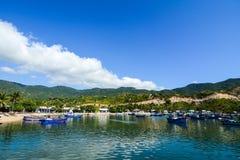 Vue de lac avec le fond de ciel bleu et de montagne dans Nhatrang Images libres de droits