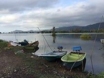 Vue de lac avec le petit bateau images stock