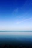 Vue de lac Balaton, de ciel bleu et d'eau propre Photographie stock