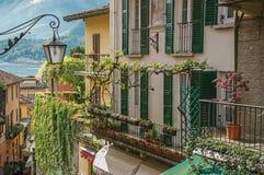 Vue de lac Como, de balcons avec les abat-jour ouverts et de liseron à Bellagio Images stock