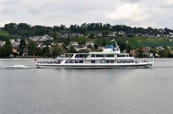 Vue de lac, croiseur de rivière de Limmet passage-par Image libre de droits