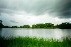 Vue de lac dans la longue durée d'exposition photos stock