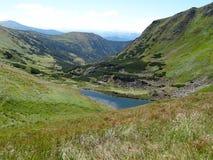 Vue de lac de montagne dans Carpathiens Images libres de droits