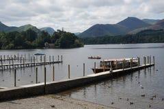 Vue de lac des montagnes et des bateaux Images stock