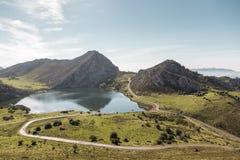 Vue de lac Enol en parc naturel des lacs de Covadonga Images stock